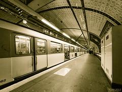 couple dans le métro (cani7575) Tags: subway métro fisheye ep2 samyang 75mmf35