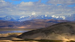 Himalayan Ice peaks, desert sand dunes and  the River Yarlung Tsangpo (Brahmaputra), Tibet (reurinkjan) Tags: tar brahmaputra 2011 tibetautonomousregion  janreurink tibetanplateaubtogang tibet himalayamountains snowmountaingangsri natureofphenomenachoskyidbyings landscapesceneryrichuyulljongsrichuynjong naturerangbyungrangjung  yarlungtsangpo tsanglatowesterntibet landscapepictureyulljongsrimoynjongrimo himalaya landscapeyulljongsynjong snowlandoftibetbodyulgangskyirababylgangkyirawa himalayamtrangerigyhimalaya drongpacounty dunejemeri driftingsandgyundrjema sandgoingbackandforthgyundrjema sandyhillinstodlungjemagola desertsandjema tibetanlandscapepictureynjongrimonb