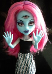 Three eyes are better than one. (xTheBlackCatx) Tags: cam mh killerstyle createamonster monsterhigh homeick dayatthemaul alleytriclops threeeyedgoul frankieclassroom