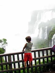 Vou só olhar, mamãe! (Marcos.mp14) Tags: nature água brasil canon landscape natureza cataratas beleza criança cachoeira paisagens encanto força deus flocos fallwaters cataratasdefozdoiguaçu canonsx30