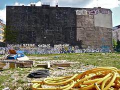 YourCity (web.werkraum) Tags: street urban streetart history germany deutschland typography graffiti europa wand ks tags international lettering dual documentation now typo zeichen typographie jetzt giebel versalien dokumentation berlinkreuzberg erinnern omot giebelwand yourcity vertrautheit dasdasein bildfindung berlinerknstlerin tagesnotiz verortung webwerkraum karinsakrowski urbanetypographie collageconcept berlinaufmschlauchcurvystr