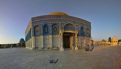 The Dome of the rock sits on the throne of beauty.. (TeamPalestina) Tags: heritage beautiful architecture sunrise hope amazing photographer sweet palestine jerusalem domeoftherock blockade ramadan freepalestine alaqsa palestinian occupation goldendome  oldcityjerusalem landscapecaptures