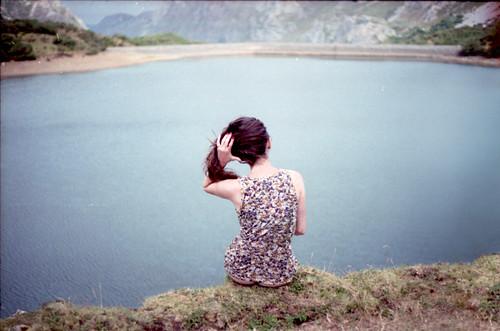 film 35mm fujisuperia yashicafx3 v700 ixone 50mm2 parquenaturaldesomiedo zergatikez agosto2011 rutadelvalledellago señoritaenlaguitomontañés