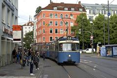 Auch wenn das Haltestellenschild abgedeckt ist: Die Einsatzfahrt der Linie 18 ist ab dem Isartor gut frequentiert (Bild: Andy Paula) (Frederik Buchleitner) Tags: 2005 3039 einsatzwagen linie18 liniee18 munich mnchen pwagen strasenbahn streetcar tram trambahn
