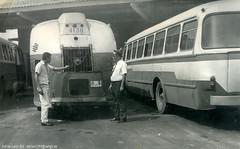 Omnibus GM y  Skoda Karosa 706. (Adrian (Guaguas de Cuba)) Tags: bus volvo gm havana cuba santaclara habana hino omnibus skoda guagua giron generalmotors oldbus ikarus pepinos lasvillas americanbus japanbus omnibusnacionales