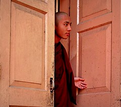 Myanmar - Febbraio 2012 (anton.it) Tags: colore expression monaco porta mano myanmar monastero amarapura volto fotodigitale canong10 antonit mygearandme flickrstruereflection1