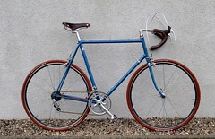 Bianchi Stahlrenner (Zeitenwende) Tags: columbus bicycle azure bici fahrrad brooks bianchi roadbike campagnolo rennrad fizik kmc racingbicycle diacompe racefiets 3ttt rennvelo azurblau gillesberthoud modolo ofmega veloorange mkssylvan velodecourse schwalbedurano ral5009 brooksswiftz