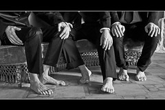 A MANI E AI PIEDI NUDI_Terramare Nel sud dei santi poeti e leggende_TEATRO DELLE PIETRE_n 4 (DISAMISTADE_my life is a reportage!) Tags: blackandwhite teatro hands theatre mani piedi biancoenero anteprima attori previewspettacolo