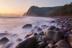Pololu Valley (Thorsten Scheuermann) Tags: bigisland blacksandbeach hawaii pololuvalley cliffs longexposure stones vacation hi usa beach blur forest morning ocean rocks sunrise water waves