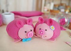 um casal!!!!Que nome dar a eles? (BoniFrati) Tags: cute pig diy craft felt feltro tutorial pap molde porco porquinho leito passoapasso bonifrati faavocmesmo feltpig leitozinho