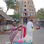 Vente d'offrandes devant le temple de Durga (Patteeswaram, Inde) thumbnail