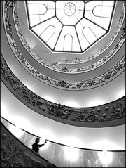 Selfie Vaticano (Robert-Jan van Lotringen) Tags: travel bw italy white black vatican rome roma art tourism blanco monochrome hat museum stairs spiral mono italia pov culture olympus tourist smartphone bianco rom nero vaticanmuseum spiralstairs monumental vaticancity iphone selfie