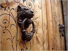 Grandes aldabas. (margabel2010) Tags: metal puerta madera negro cabeza aros cabezas len artesana leones estructuras puertas hierro grietas aldaba marrn relieves forjados aldabas agarraderas