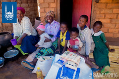 Islamic Relief delivers Ramadan food packs in Malawi to families. 2016