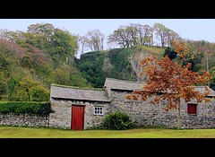 The Cottage and the Backdrop (Dazzygidds) Tags: composition colours derbyshire cottage maw cave nationaltrust darkpeak peakdistrictnationalpark castleton winnatspass hopevalley peverilcastle peakcavern goosehill hfwalk
