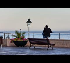 Mirando al mar (Jaime GF) Tags: street sea people costa coast mar calle spain nikon gente asturias luanco gozn d40
