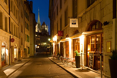 M37253_Rue-Etienne-Dumont_Geneve (aamengus) Tags: mars schweiz march suisse cathédrale altstadt oldtown zentrum genève märz ch 2012 genf vieilleville llens ef1635mmf28liiusm eos7d rueetiennedumont cafédemilune demilunecafé