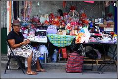 Antigua et ses commerces... (LILI 296....) Tags: table commerce femme stjohns antigua chapeau chaise croisire carabes canoneos450d