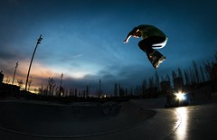 Hacia el cielo (elmagodelabahia) Tags: madrid sunset espaa pool atardecer jump spain flash piscina skatepark skate salto patines rollerskate rollerskater madridro