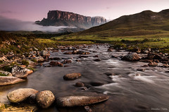 Amanhecer no Rio Tök com Monte Kukenan ao fundo (Waldyr Neto) Tags: monteroraima waldyrneto