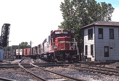 Markham bound at 16th street. (SOOLINER) Tags: chicago ic sooline soo freighttrain illinoiscentral gp9 sd40 stcharlesairline 16thstreettower markhanjob