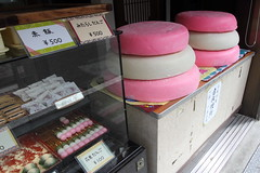 "Which do you like ""normal"" or ""too big"" ? (Teruhide Tomori) Tags: cake japan shop foods store kyoto   manju wagashi"