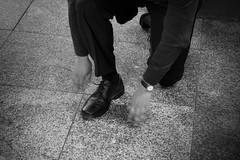 Jeder Handgriff muss sitzen... (Konstantin Mller) Tags: street strasse bahnhof schuhe schnrsenkel anzug buisness streetphotografie