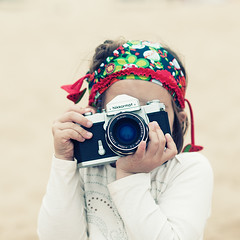 Nikkormat (Keep the Funk alive) Tags: beach children lens kid procesocruzado nikon hand cam playa nia crossprocessing mano lente nio analogica nikkormat nikkor85f18 nikond300