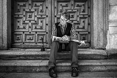 El desatascador (Javi Calvo) Tags: spain streetphotography escalera salamanca lectura fotografiaurbana clerecia cursofotografia fotografiadecalle callecompaia javicalvo