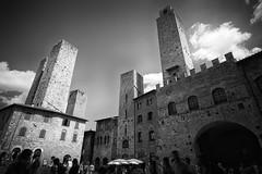 San Gimignano (m.a.r.c.i) Tags: italien bw italy blackwhite italia noiretblanc cs fujifilm mm 12 monochrom sangimignano toscana marci toskana ncs f20 schwarzweis xe1 samyang