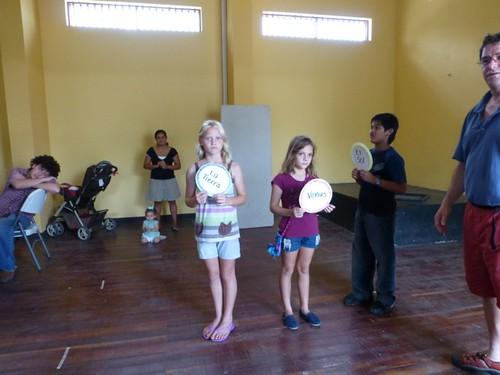 Los participantes muestran un modelo del movimiento de Sol, Tierra y Luna.