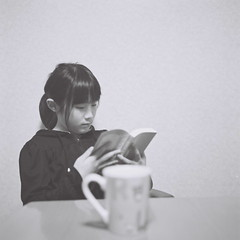 Hina was reading books. (_kaochan) Tags: 6x6 rollei children square tmax400 rolleiflexautomat