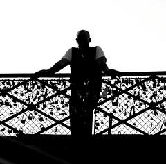 Nostalgia de viejas promesas (carlos_ar2000) Tags: bridge man paris silhouette backlight contraluz puente balcony silueta padlock balcon francia promise hombre promesa pontdesarts candado carlosredondo credondo carlosaredondo credondofotografia carlosredondofotografia credondofotos carlosaredondofotografia