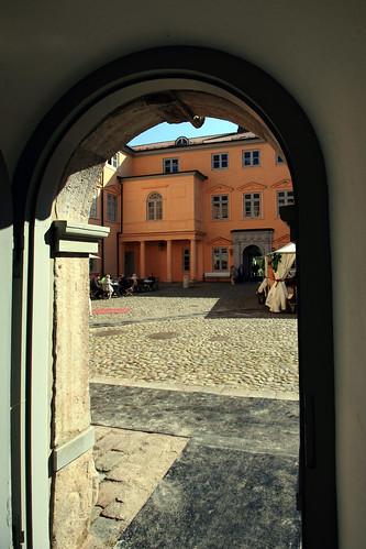 "Eutiner Schloss (45) Schlosshof • <a style=""font-size:0.8em;"" href=""http://www.flickr.com/photos/69570948@N04/26914702081/"" target=""_blank"">Auf Flickr ansehen</a>"