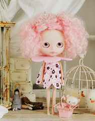 Emma Bloom (Ragazza*) Tags: doll mohair airbrush ringlets customblythe handmadebear petitewanderlings jaszmadeflowerdress emmabloom lillianscrimpetvonpinktea chinadollsandchickypoos