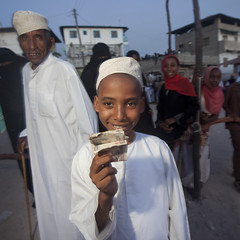 Kofia Headed Young Boy Brandishing His Reward: Banknote In Lamu, Kenya (Eric Lafforgue) Tags: africa money standing square religious island photography kenya muslim islam religion picture culture unescoworldheritagesite cash note sacred afrika ritual tradition lamu reward shilling swahili afrique banknote eastafrica banknotes squarephoto qunia lafforgue  qunia    kea 124385   tradingroute a gomastickdance