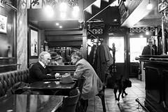 Au petit café (Paolo Pizzimenti) Tags: paris film café paolo lumière olympus ami f18 zuiko gens petit argentique matin cinéma urbaine em1 17mm m43 lmd mirrorless hymnes dosineau