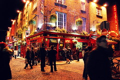 The Temple Bar (hannah_bergmann) Tags: ocean travel ireland boy sky people dublin girl beautiful beauty skyscape landscape pub reisen nikon irland cliffs atlantic human traveling cliffsofmoher landschaft templebar irishpub moher waterscape klippen thetemplebar nikond60 enniston