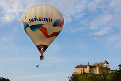 Swisscom vor Schloss Burgdorf (Role Bigler) Tags: schweiz switzerland suisse ballon blaser balloon racing schloss burg emmental luftfahrt heissluftballon swisscom zähringer schlossburgdorf balloonracing castleofburgdorf canoneos5dsr tamronsp45mmf18divcusd schweizermeisterschaftheissluftballonsmhl2016 swisschampionshiphotairballoon2016