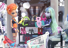 Shopping Time (PruchanunR.) Tags: monster high doll mattel twyla howleen