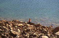 Selfie en el embalse (Imthearsonist) Tags: chile santiago people woman lake nature water rocks selfie cajondelmaipo canoncamera embalsedelyeso canonreflext3i
