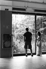 O homem sem sombra (renanluna) Tags: blackandwhite bw woman man window brasil canon museu br sãopaulo mulher highcontrast pb exposition sp janela exit 55 homem pretoebranco monocromia 011 exposição masp saída altocontraste ef50mf18ii canoneosdigitalrebelxs renanluna dedentroedefora