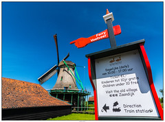Zaanse Schans voetveer (voorhammr) Tags: gras zon zaanseschans zaandam molens 2016 vakwerk huisjes blauwelucht jolandakraus