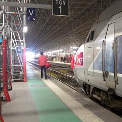 Bordeaux, les TGV portent le drapeau rouge (Dominique Levesque) Tags: france train rouge bordeaux travail strike tgv drapeau sncf grve cgt aquitaine syndicat drapeaurouge styke loitravail