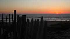 Contis-Plage (Begoa Fernndez) Tags: sunset sea costa beach fence mar playa verano anochecer valla uda hondartza landes itsasoa contis aquitania landas hesia iluntze kostaldea contisplage saintjulienenborn