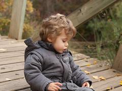 Leo (aidafis) Tags: españa rio puente hojas kid october leo olympus pensativo octubre rizos león niño rubios candamia aidafis