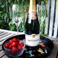dresslikea Tervehtien Tapiolasta! #champagne #kes #ilta... (Kontiohautomo) Tags: summer vacation home champagne lifeisgood kes koti ilta mansikat dresslikea uploaded:by=flickstagram instagram:photo=7580471942383496181080390955