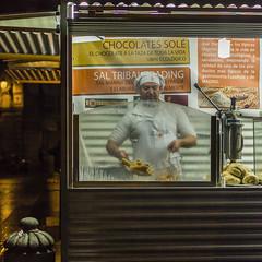 Chocolates Sol (Julio Lpez Saguar) Tags: juliolpezsaguar madrid espaa spain noche night calle street gente people cocinero urban urbano hombre man