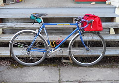Project bike with mudflaps, tool roll, and sensor-searingly red porteur bag (Tysasi) Tags: green roll tool porteurbag schwinncrisscross rolltool rolltopporteurbag bagsracks