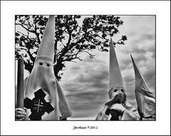 Hermanos de Sangre (Josema Zalamea) Tags: blanco canon y negro semanasanta nazarenos penitentes draganizer 60d zalamealareal